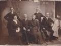 Petar Buzolić Antin s obitelji (sjedi drugi s lijeva) rođen je u Obrovcu, ali kasnije je živio u Splitu