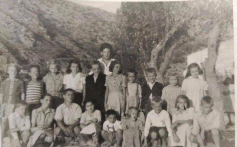 Đoko-Desnica-s-obrovačkom-djecom-na-izletu-50-ih-min