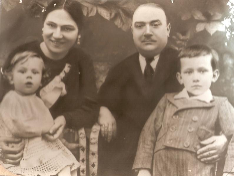 Bogdan-i-Olga-Urukalo-sa-sinovima-Stojanom-lijevo-i-Markom-desno-na-slici-Zbirka-Aleksandre-Urukalo-iz-Virovitice-min