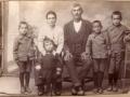 obitelj Marka Oštrića i Matije rođ. Paštrović - s lijeva Ante rođ. 1914. (svećenik), Karmela (nestala u II. svj. ratu), nepoznato dijete, i Karlo  rođ. 1912. (kasnije je živio u Šibeniku)